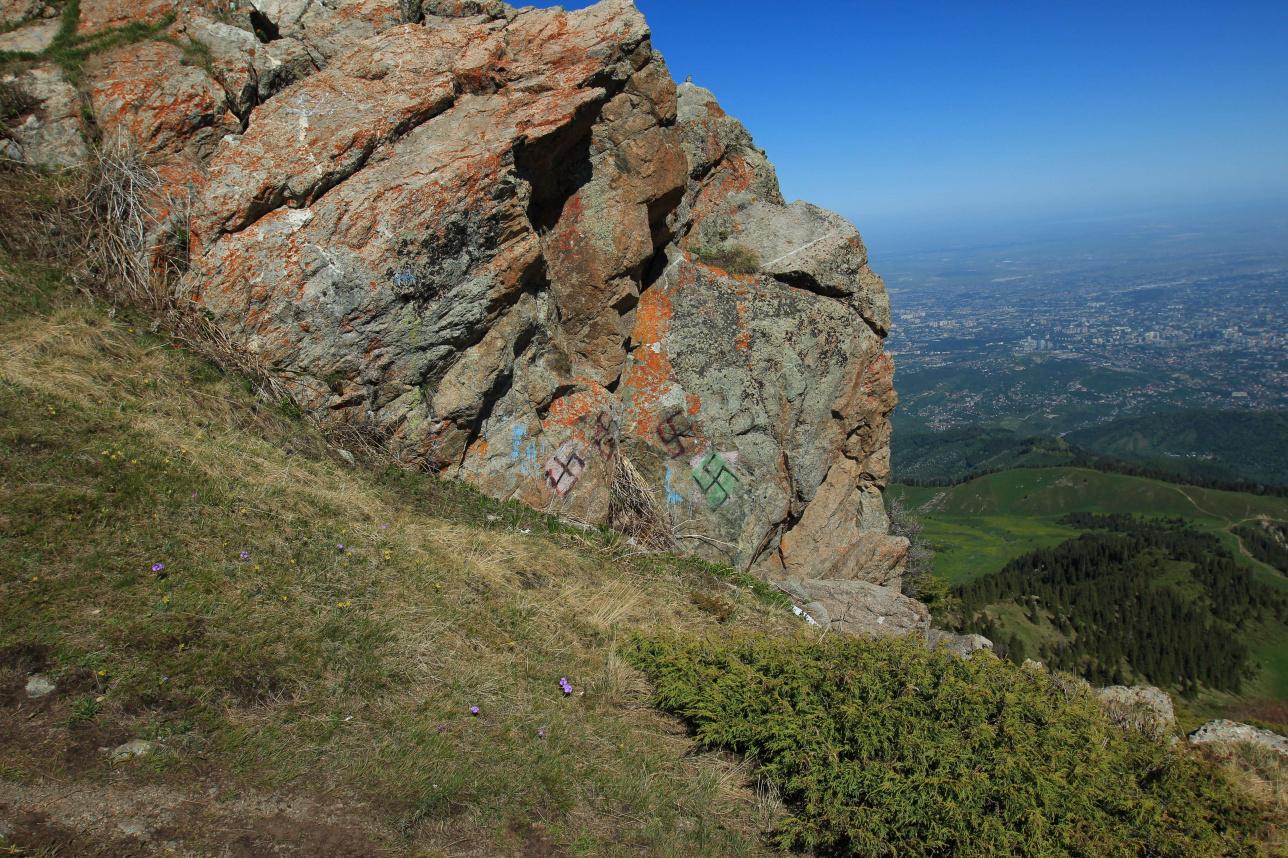 Свастика на вершине Кумбель, снято 25 мая 2020 года