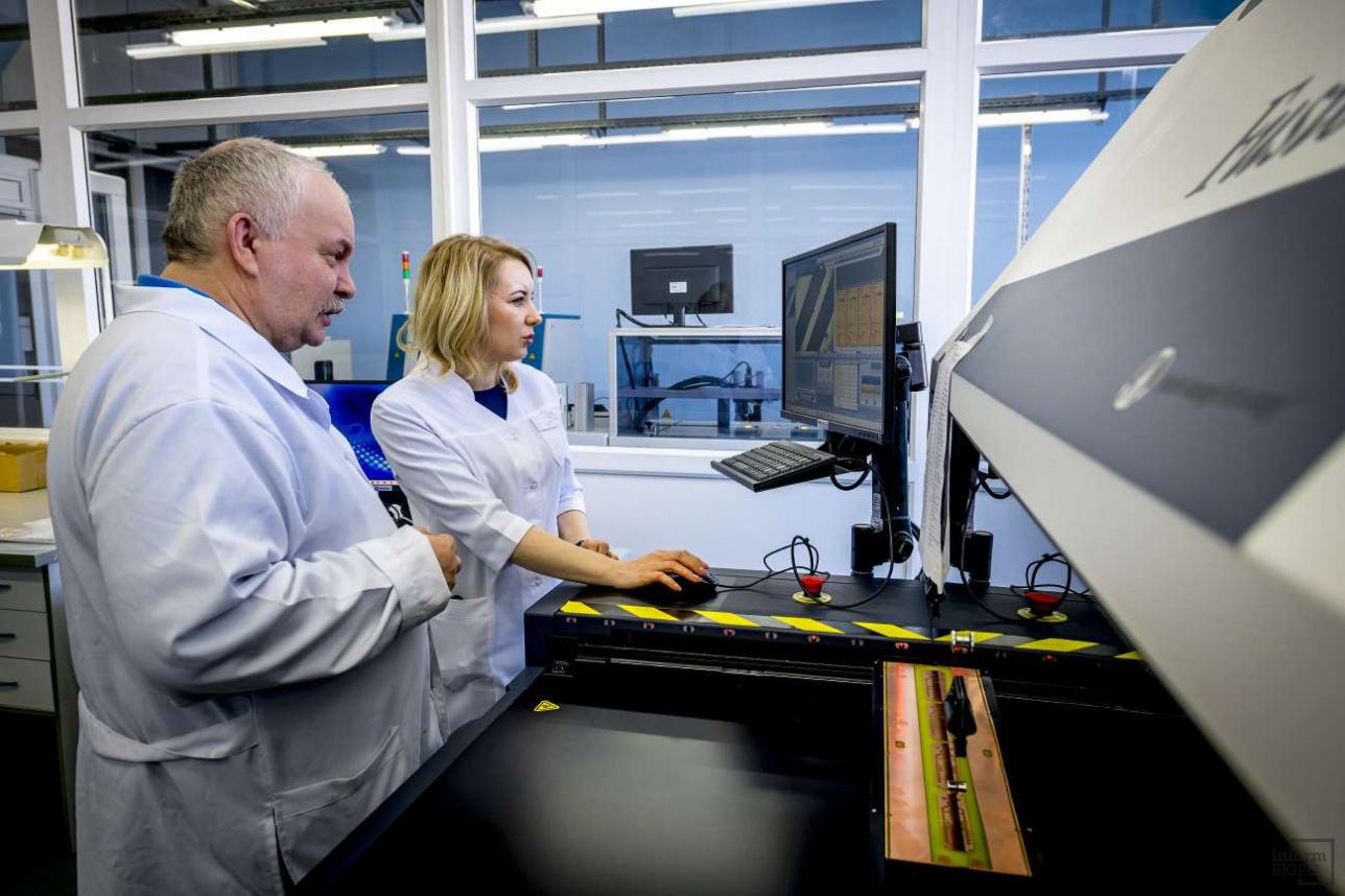 Некоторые виды сложного оборудования помогают настраивать российские специалисты, которые уже работали с ним