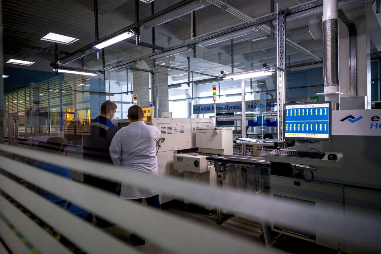 После многократного контроля плата направляется в цех, где на ней размещают электронные компоненты