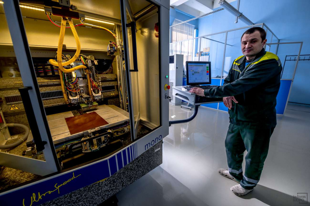 Установка позволяет прожигать в печатной плате микроскопические отверстия