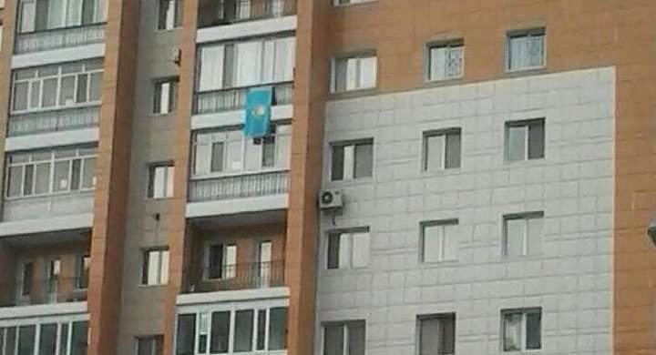 Флаг на балконе квартиры Жандоса Курманбаева