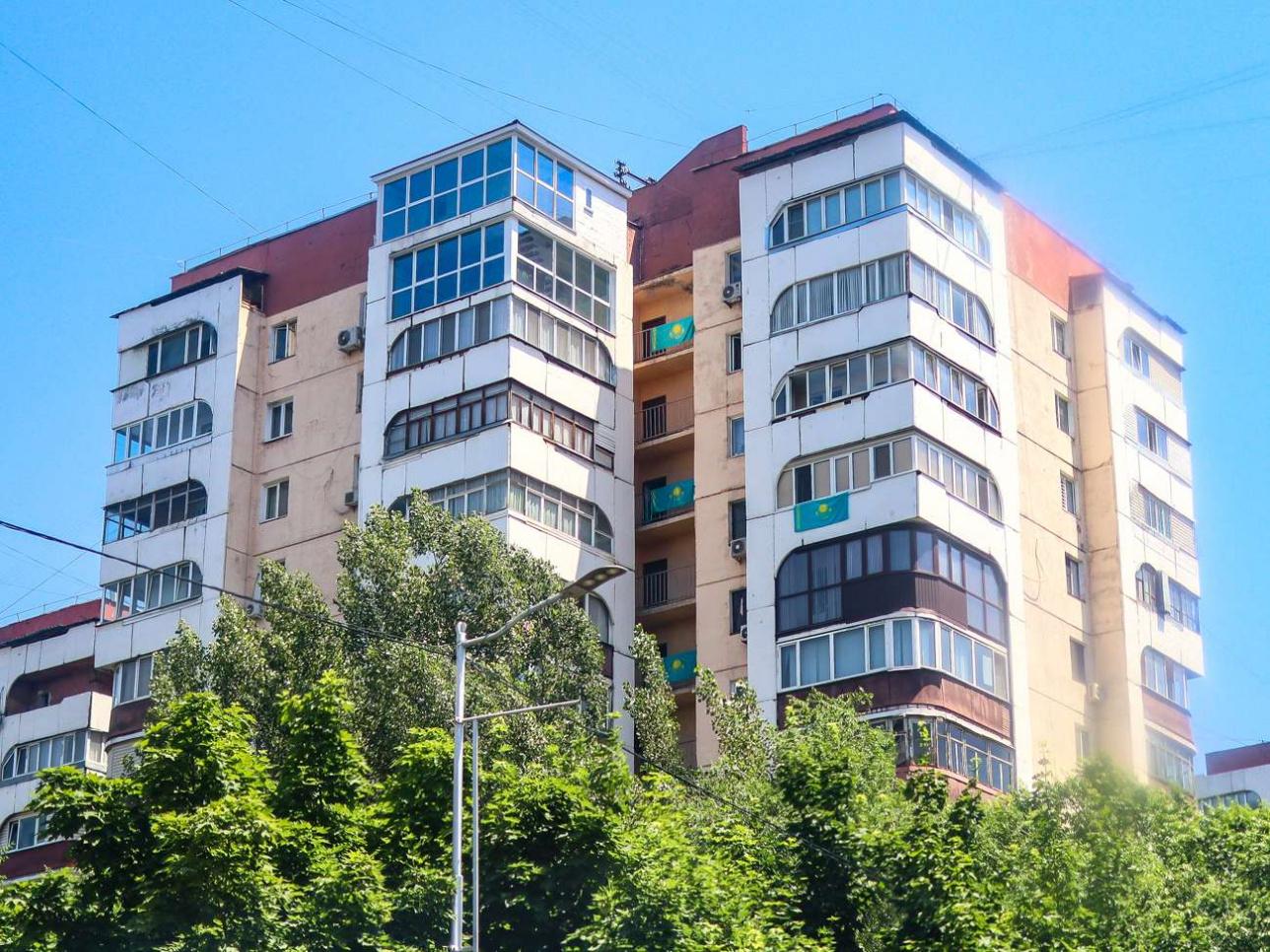 Жители Алматы украсили свои дома государственным флагом