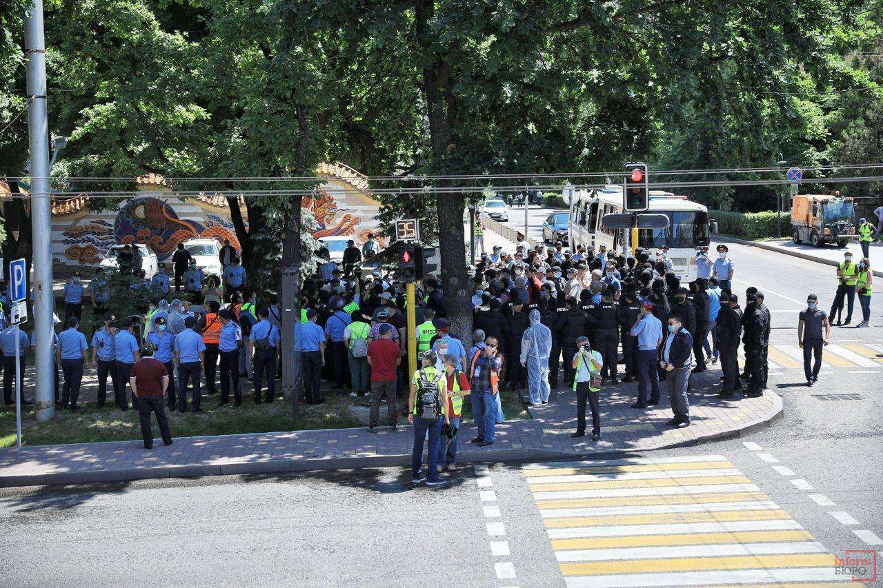 Протестующих разделили на несколько групп