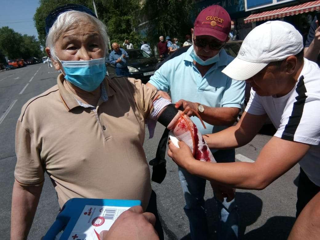 Мужчина порезал вены в знак протеста