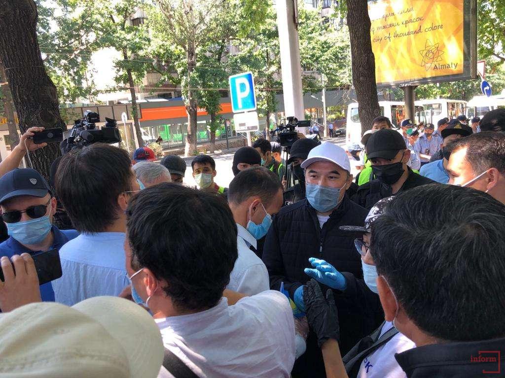 Заместитель акима Алматы Ержан Бабакумаров предложил проводить митинги в рамках закона