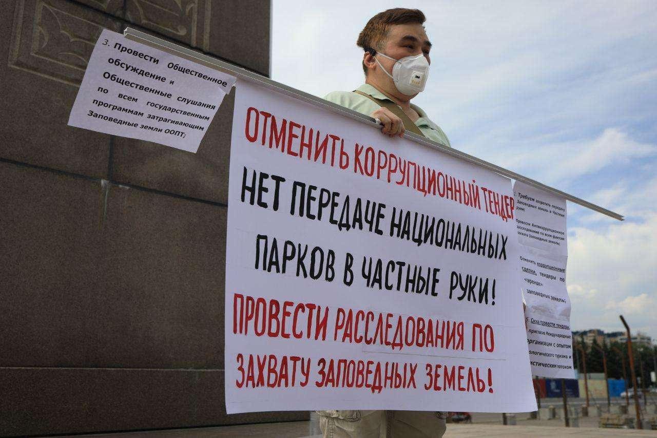 Абай Ерекенов на площади Республики в Алматы