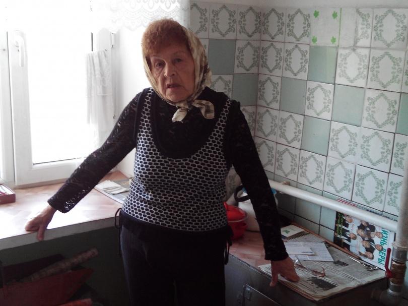 Пенсионерке тяжело самой топить печь.