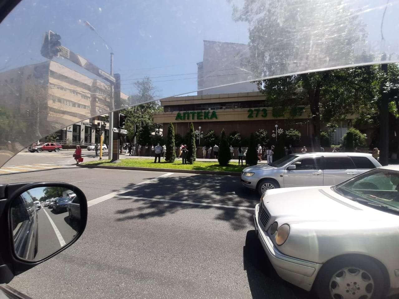 Очередь перед Центральной аптекой в Алматы с соблюдением дистанции