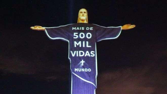 1 июля на знаменитую статую Христа-Искупителя в Рио-де-Жанейро спроецировали изображения с числом жертв пандемии коронавируса в Бразилии и по всему миру