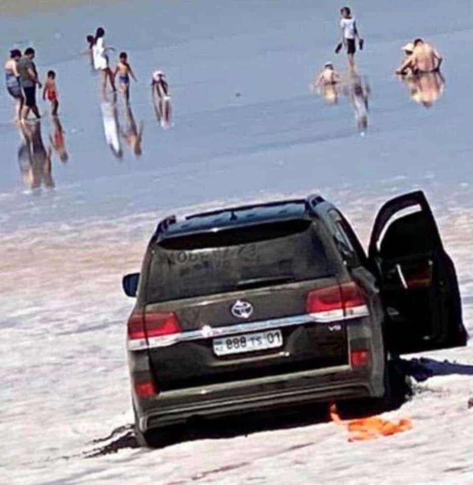 Внедорожник заехал в озеро Кубейтуз