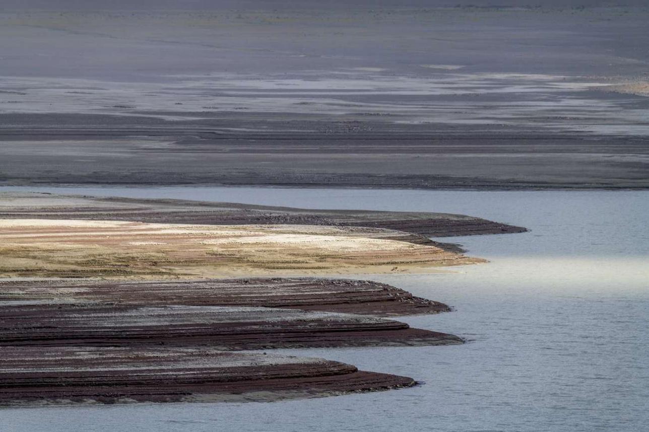 Дно Бартогайского водохранилища покрыто толстым слоем ила, который приносит река Чилик