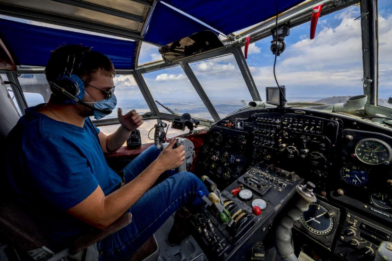 На борту патрульного самолета Ан-2, выполняющего облёт предгорий на предмет выявления лесных пожаров