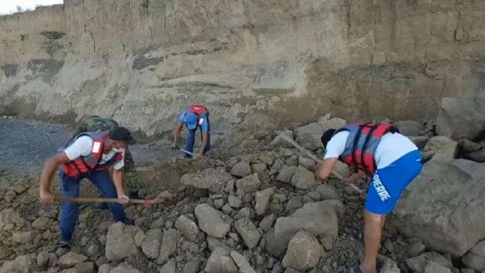 На помощь девушке пришли местные жители и спасатели, но спасти её не удалось