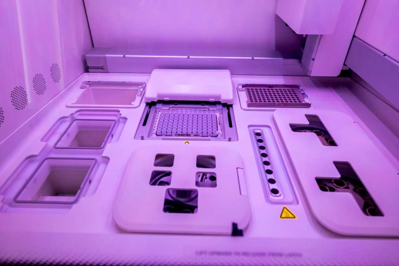 Это высокотехнологичное устройство позволяет расшифровывать геном вирусов и бактерий