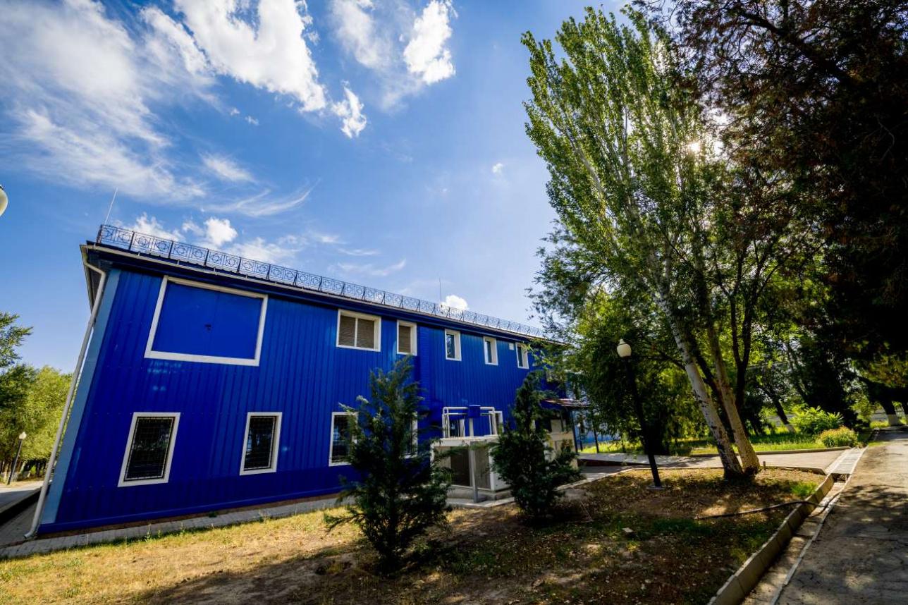 В этом небольшом двухэтажном здании проводятся работы с коронавирусом