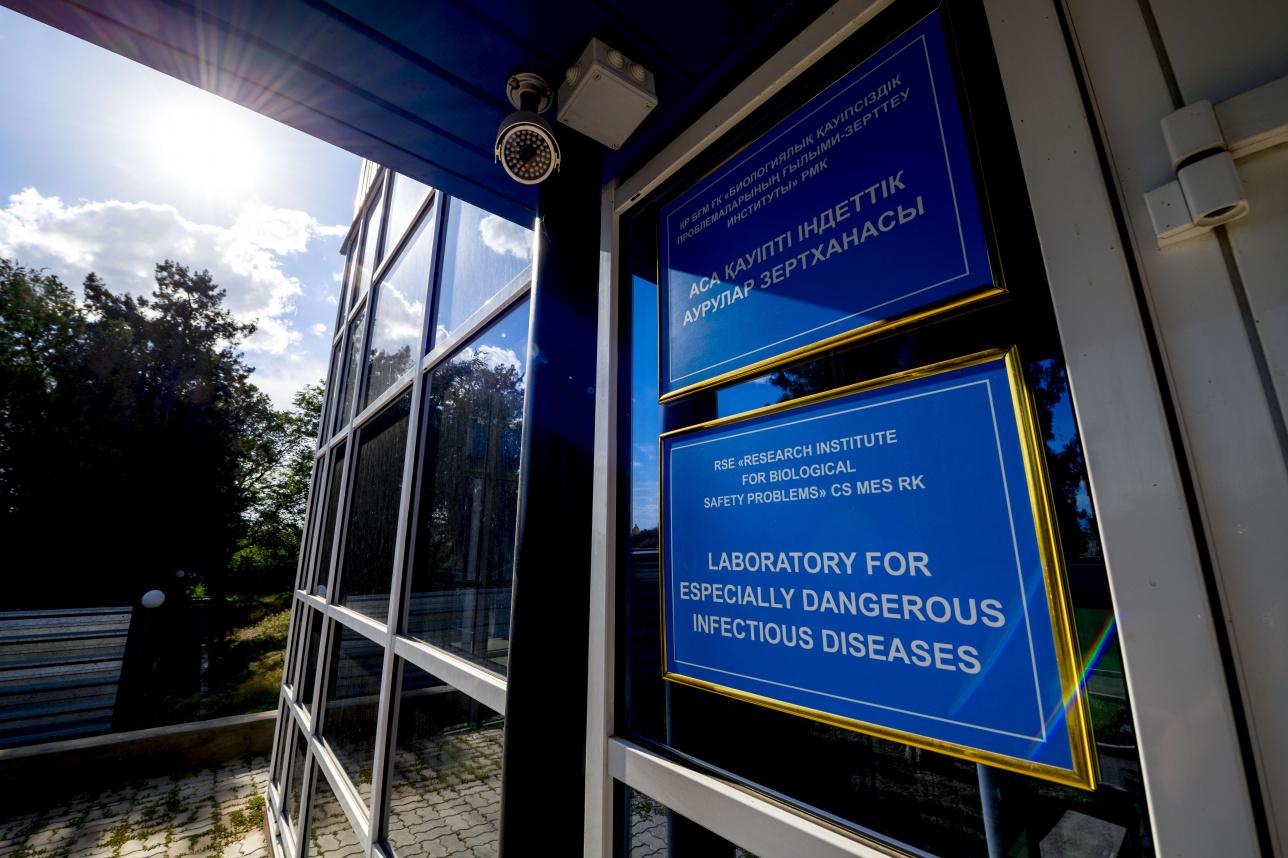 Вход в лабораторию особо опасных инфекционных заболеваний