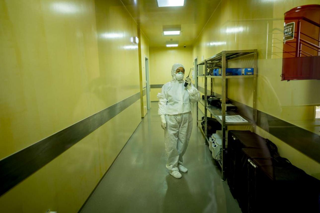 В течение рабочего дня специалисты лаборатории BSL-3 общаются с коллегами, которые остались снаружи, с помощью раций