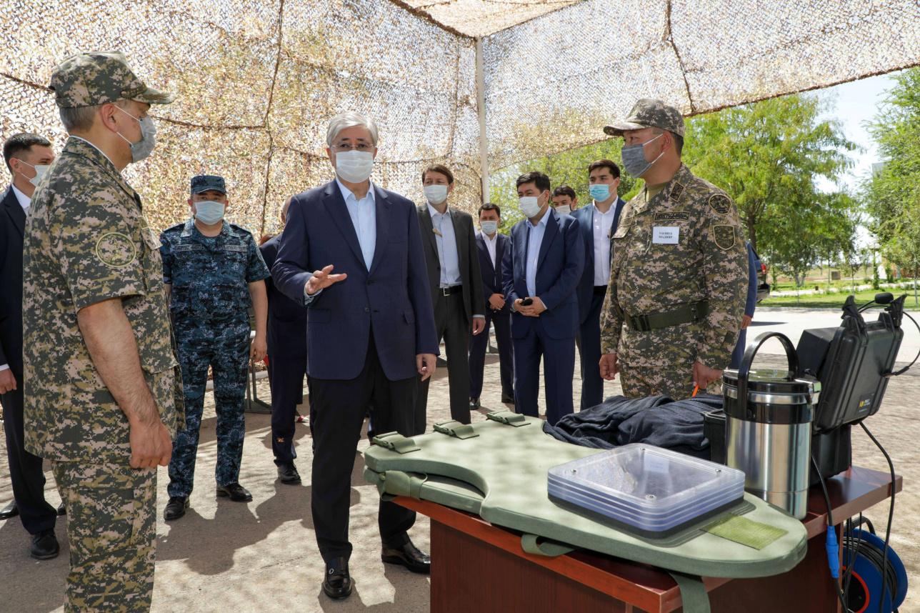 Глава государства посетил воинскую часть в Арыси