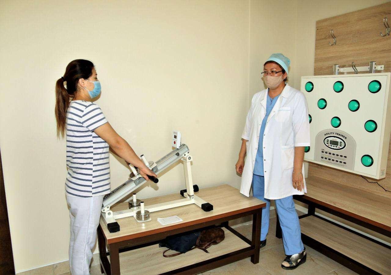 Пациенты занимаются на специальных тренажёрах