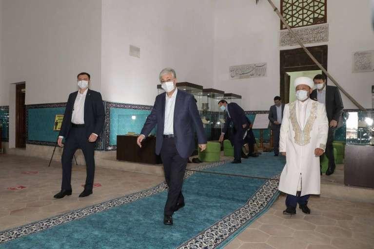 Касым-Жомарт Токаев в мавзолее Ходжи Ахмеда Яссауи