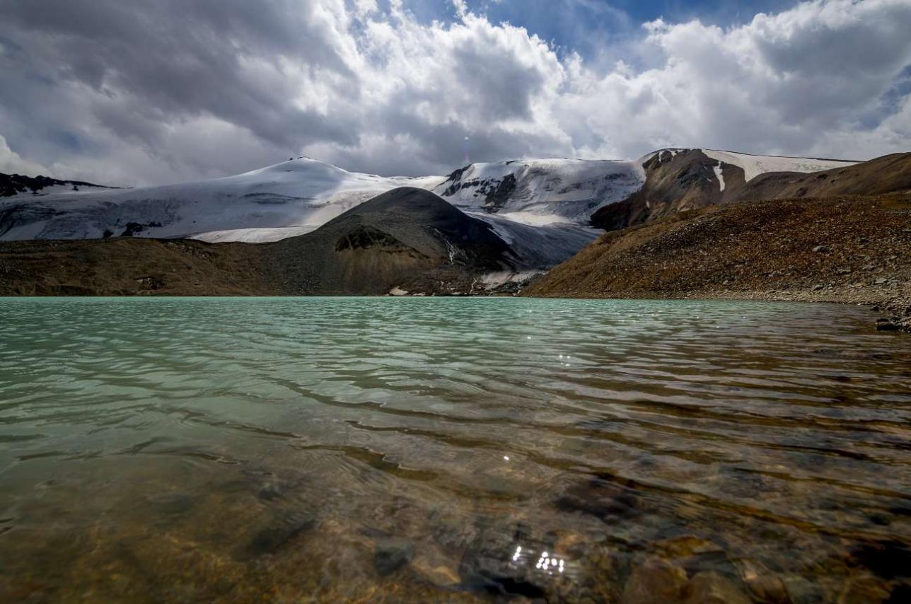 Водоём отличается очень красивым бирюзовым цветом воды