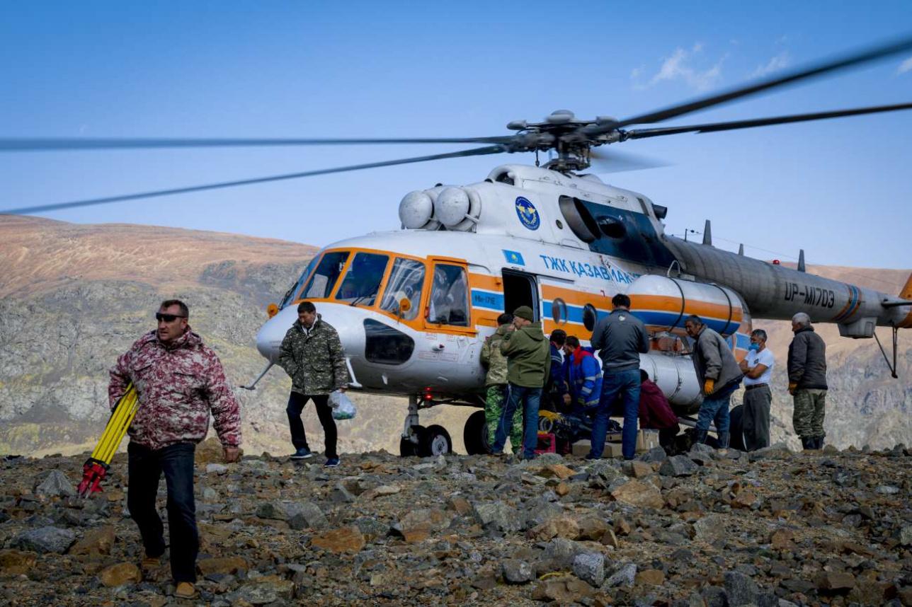 """Вертолет """"Казавиаспаса"""" доставил специалистов на морену"""
