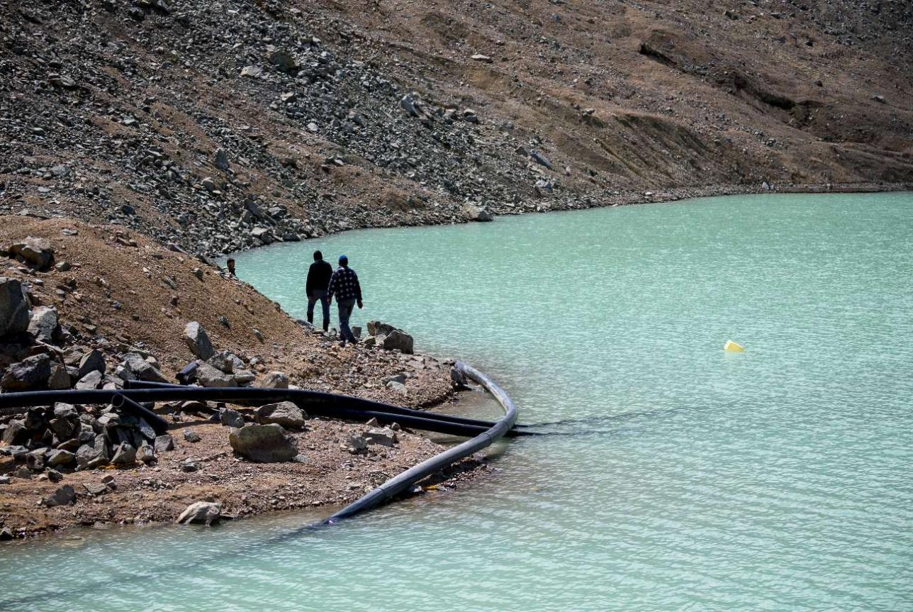 Вода откачивается из озера с помощью системы сифонов