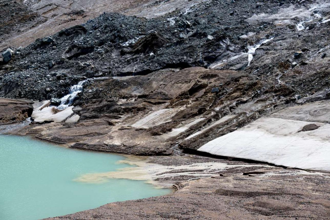 Лед перемешан с горной породой