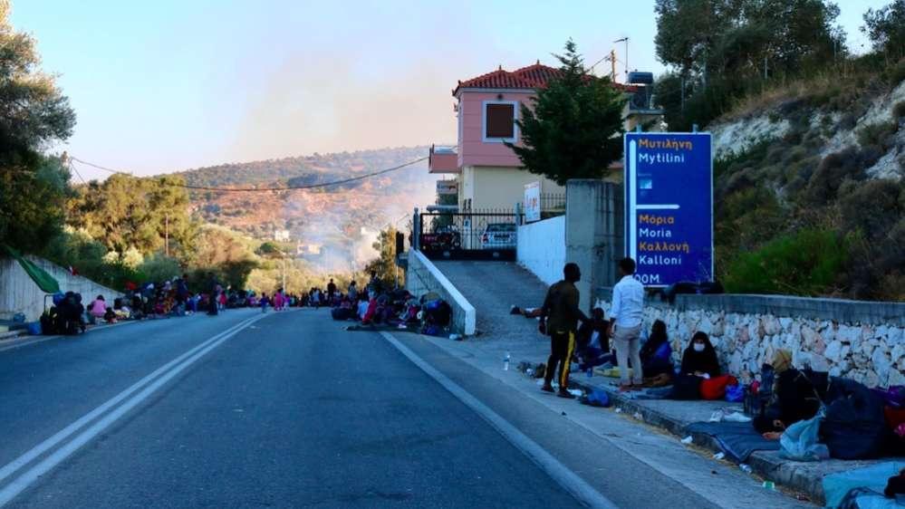 Беженцы, оставшиеся без крова, ночуют на обочинах дорог