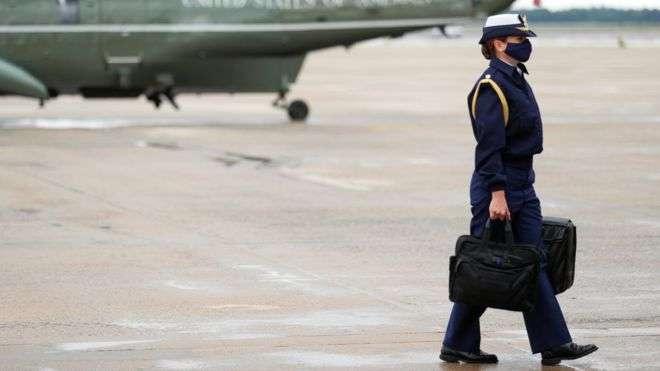 Помощница американского президента несёт чемоданчик с кодами для запуска ядерных ракет