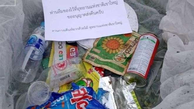 Коробка с мусором, которую приготовили для отправки туристам