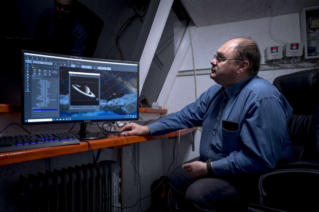 Максим Кругов демонстрирует систему управления телескопом АЗТ-20