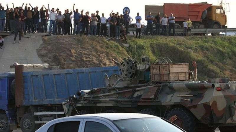 В Баку население приветствует военную технику, выдвигающуюся в сторону Карабаха