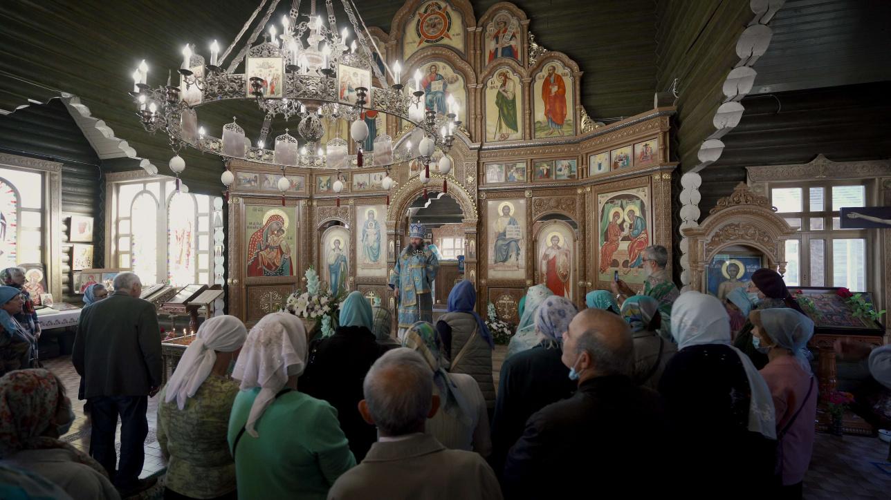 Расписывала храм алматинская иконописица Валентина Дмитриевна Франко