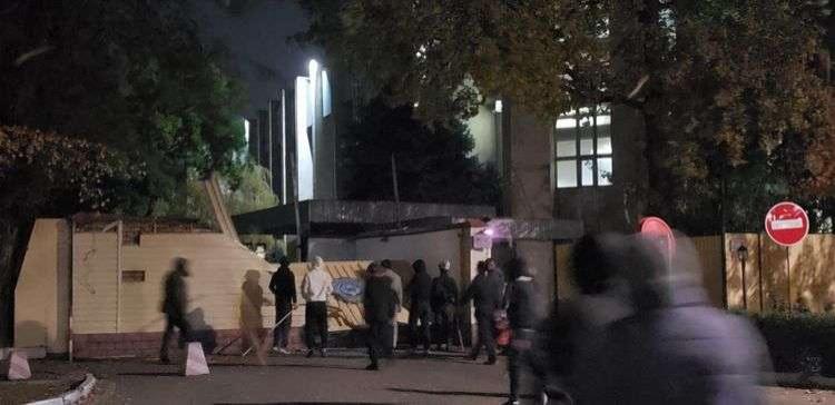 Митингующие прорвались в здание ГКНБ