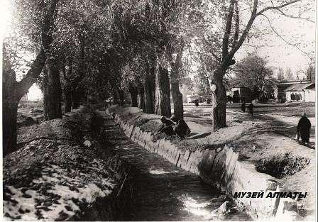 Головной арык вдоль проспекта Абая
