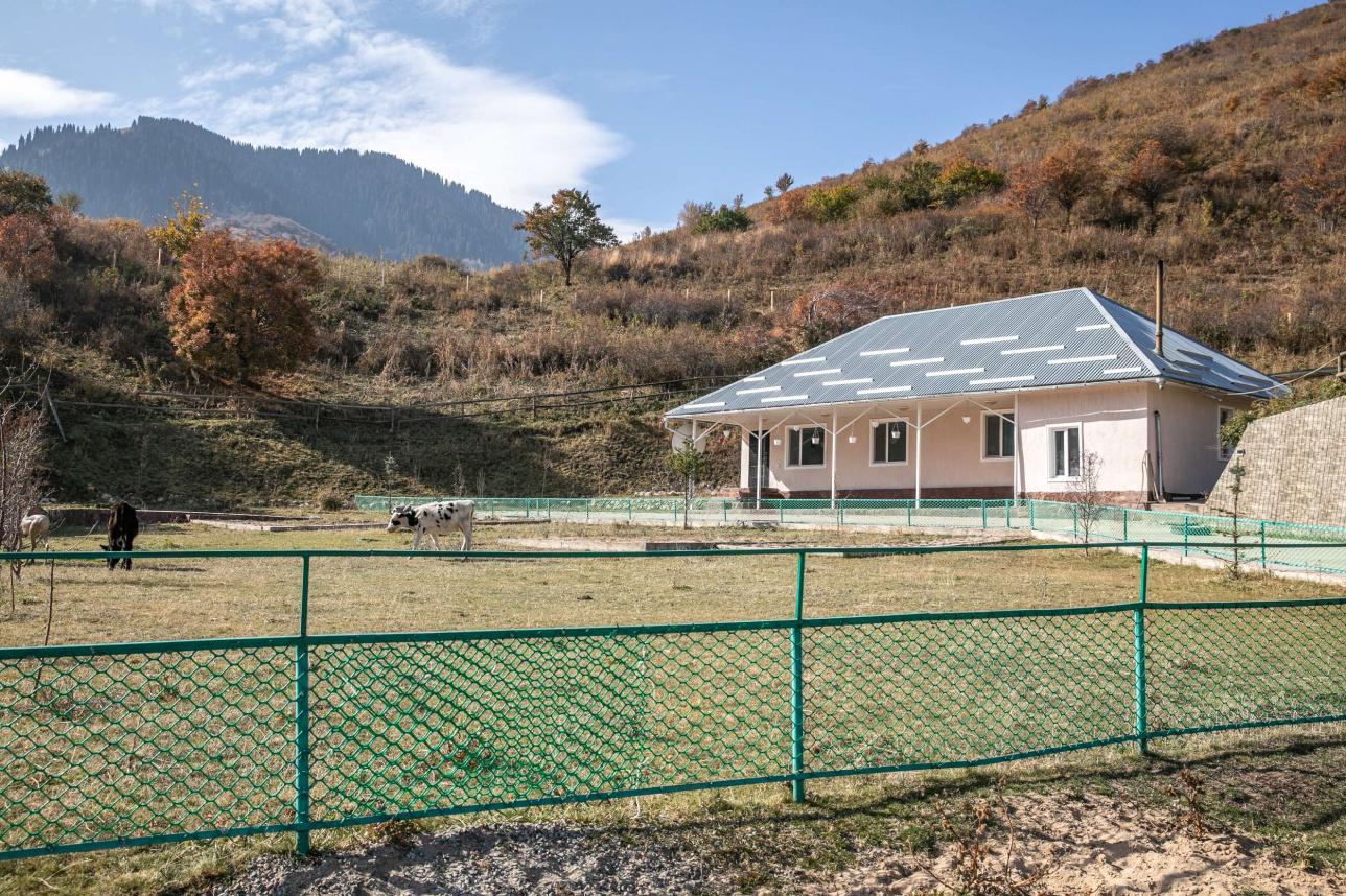 На территории гостевого дома несколько зданий