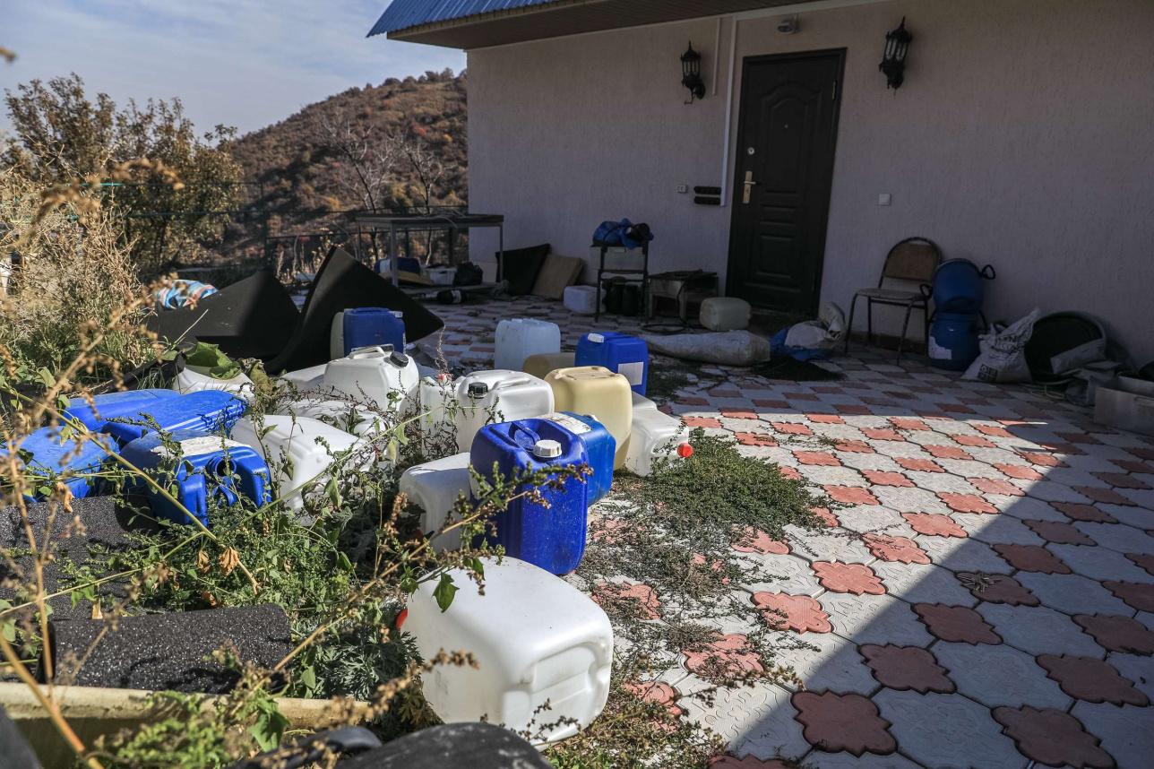 Во дворе дома осталось немало следов криминальной деятельности его хозяев