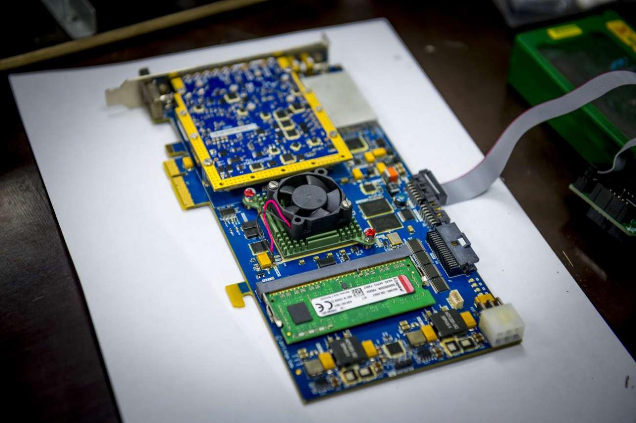 Один из многочисленных электронных блоков радара