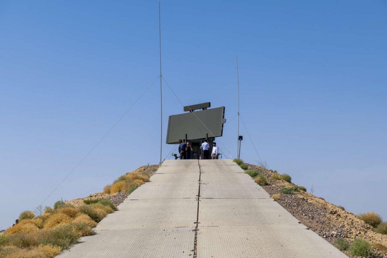 Радар установлен на искусственном холме примерно 10-метровой высоты