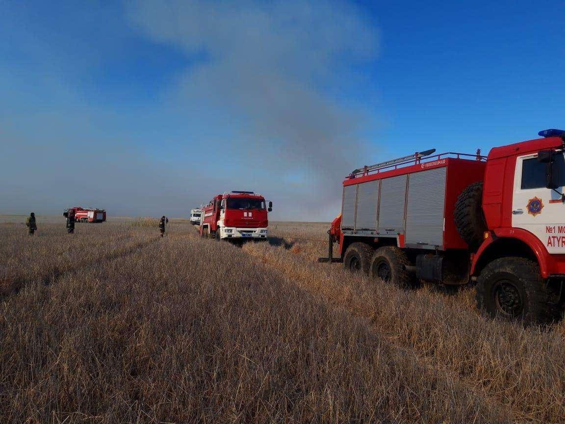 На месте пожара работали 49 сотрудников и семь единиц техники ДЧС Атырауской области