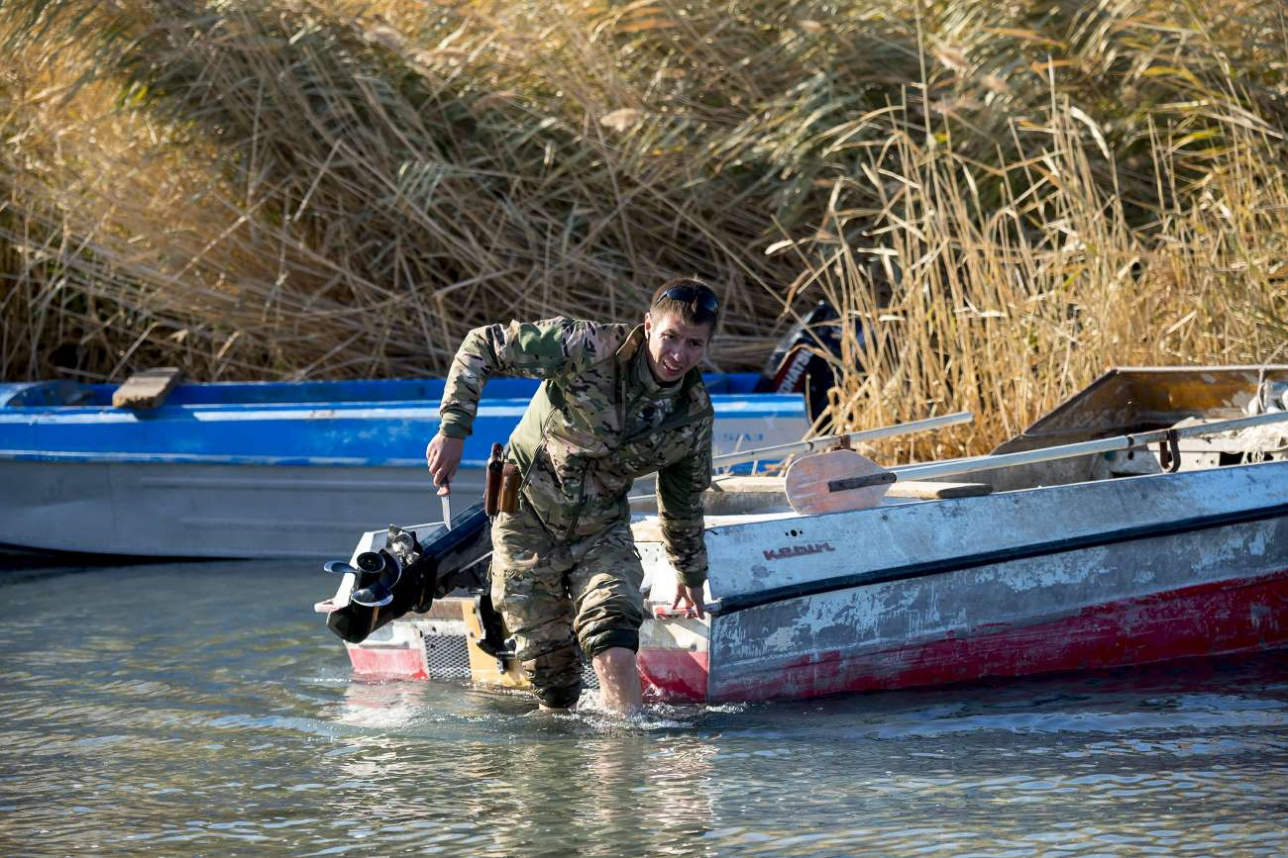 Инспектор Ринат Кумашев проверяет рыбацкие лодки