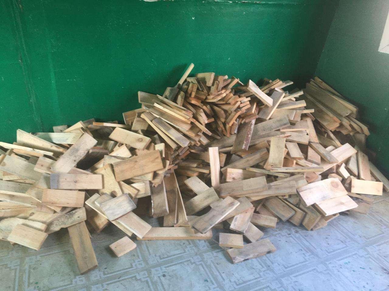 Деревянные брусья в домике для студентов