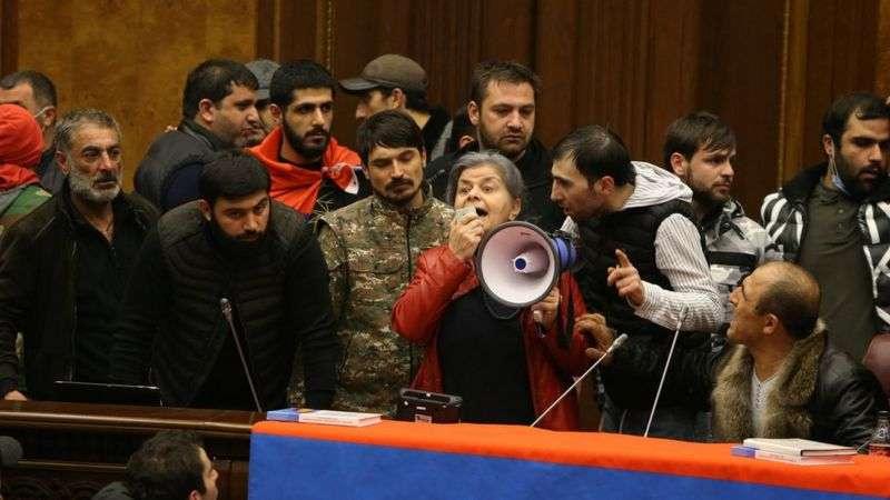 Демонстранты в здании парламента Армении