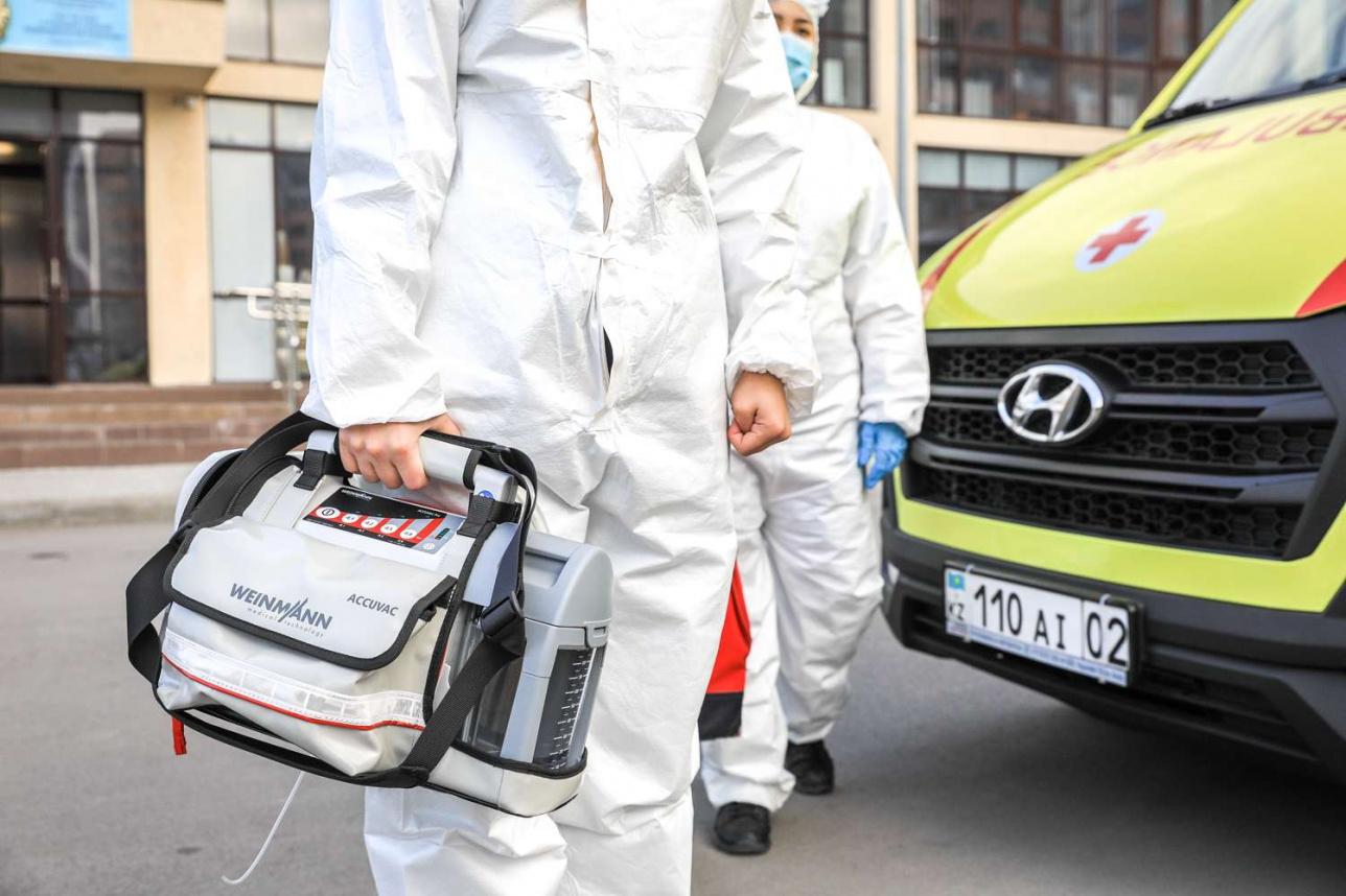 Вся необходимая для терапии аппаратура в машине – съёмная, любой монитор или аппарат врачи бригады скорой помощи могут легко снять и идти на вызов