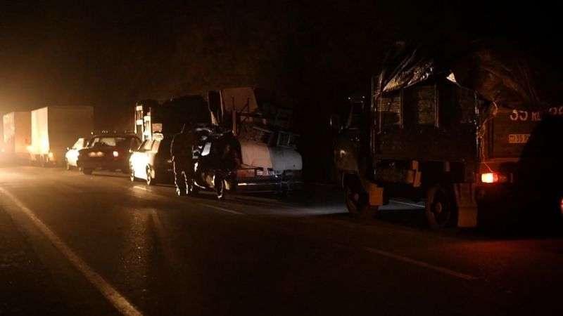 Вечером и ночью за два дня до перехода Кельбаджарского района под контроль Азербайджана на дороге в Армению встала гигантская пробка