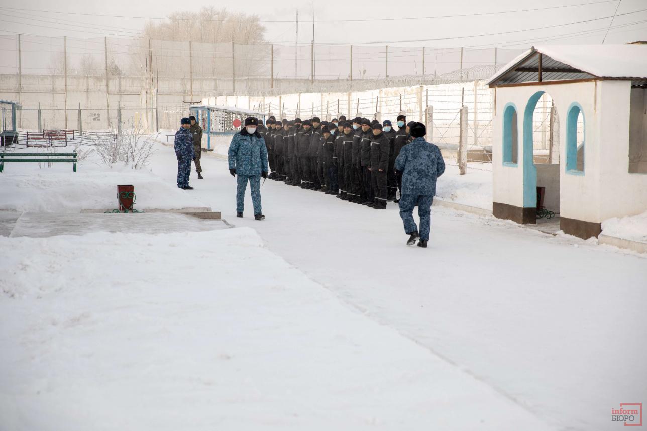 В учреждении работают 69 человек. Осуждённых охраняют вооружённые солдаты Национальной гвардии РК