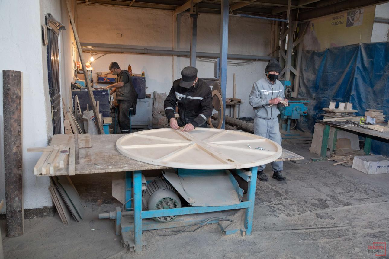 В цехе изготавливают круглые столы, различные сувениры, хлебницы и др.