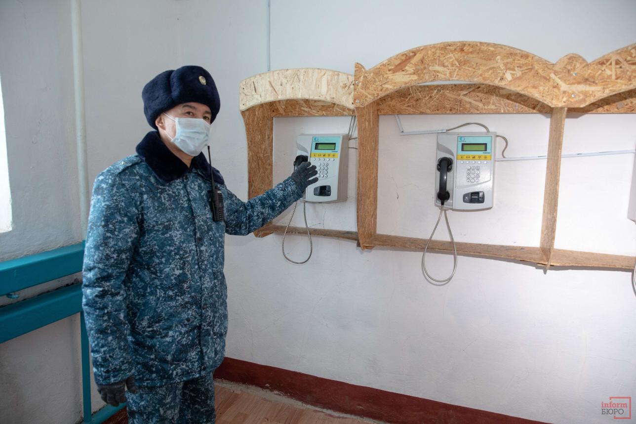Каждому заключённому разрешается пользоваться телефоном для общения с родными и близкими. Длительность разговора