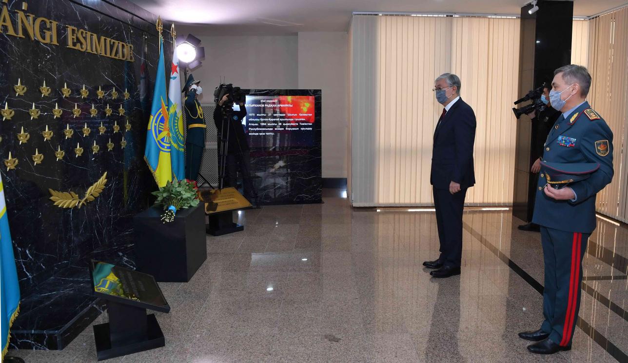 Президент почтил память погибших военнослужащих